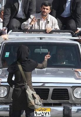 mujer, dedo y mahmud ahmadineyad